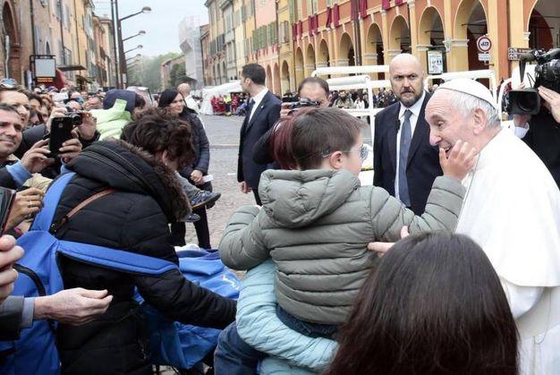 Il Santo Padre saluta i bambini (foto Fiocchi)