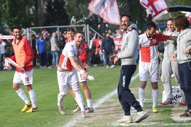 I giocatori festeggiano (foto Schicchi)