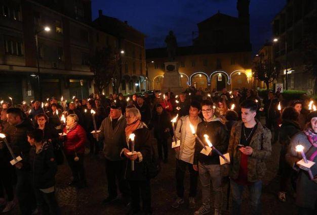 La piazza di Budrio illuminata dalla fiaccole (Ansa)