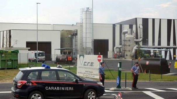 I carabinieri davanti all'ingresso dell'impianto di trattamento che si trova a Meleti L'azienda ha sedi anche a Maccastorna e Lomello (Gazzola)