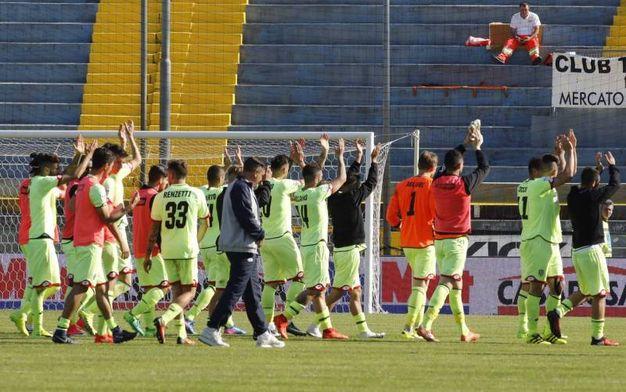 Il Cesena saluta i tifosi a fine partita (foto LaPresse)