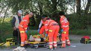 Il ferito soccorso sul posto (foto Vanini)