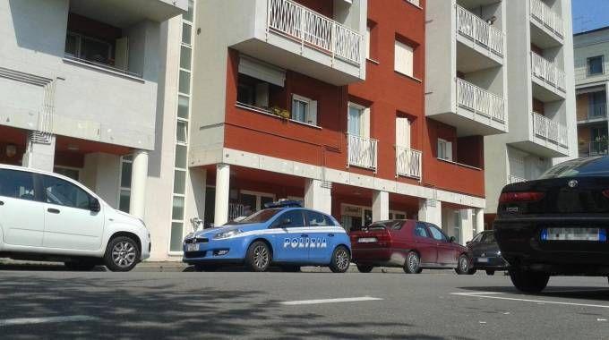 Polizia davanti alla palazzina dove è stato trovato il cadavere (Ansa)