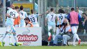 I giocatori della Spal festeggiano la vittoria con i tifosi (foto LaPresse)