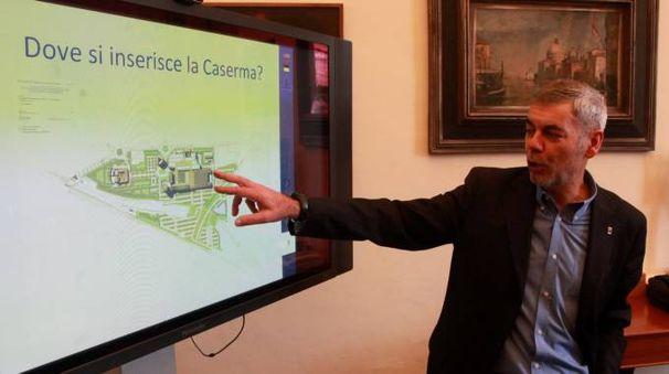 PROGETTO  L'assessore comunale all'urbanistica Orazio Moretti alla presentazione del progetto di realizzazione della nuova caserma dei carabinieri  In alto: Fabrizio Faggiotto
