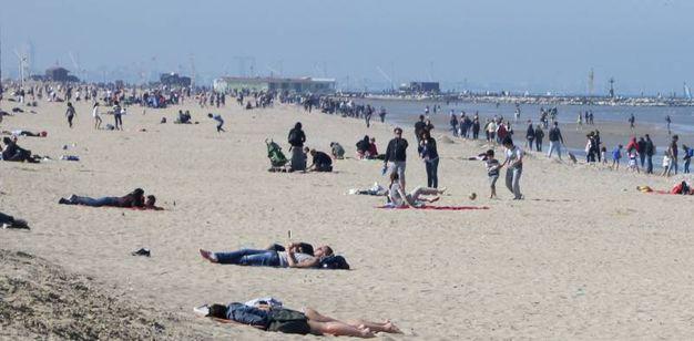Le dune di sabbia ancora alte per proteggere gli stabilimenti balneari da eventuali burrasche (Foto Ravaglia)