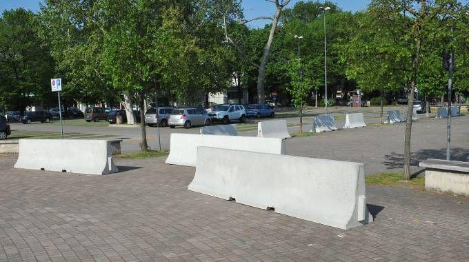 Le barriere antiterrorismo al mercato di Legnano