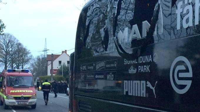Il bus del borussia Dortmund danneggiato dalle esplosioni (Afp)