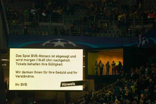 Un cartellone allo stadio spiega che la partita è stata rinviata - Afp