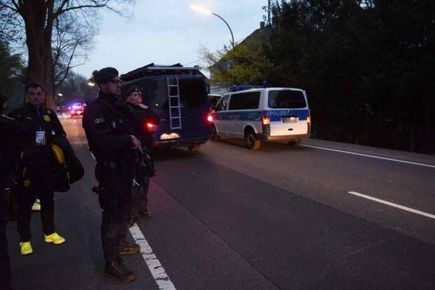 La polizia scorta il pullman danneggiato con a bordo i giocatori - Afp