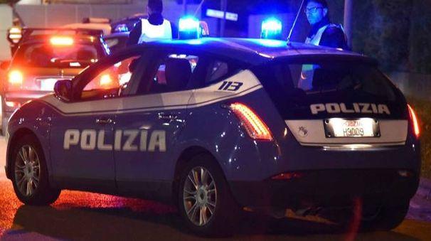 Gli agenti di polizia sul posto per raccogliere tracce e testimonianze (foto archivio Bp)