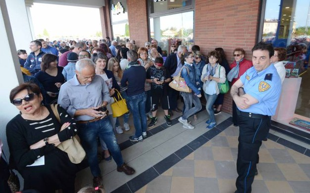 La folla all'inaugurazione dell'outlet di Occhiobello (foto Donzelli)