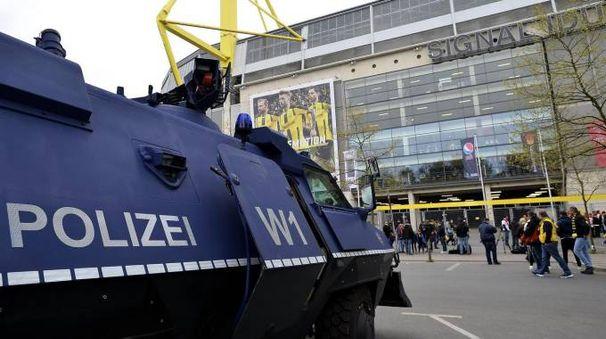 Attentato Borussia Dortmund, la polizia fuori dallo stadio (Ansa)