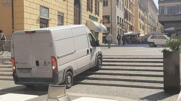 Ancona, il furgone della Multiservizi 'sale' le scale delle Tredici cannelle (Foto Antic)