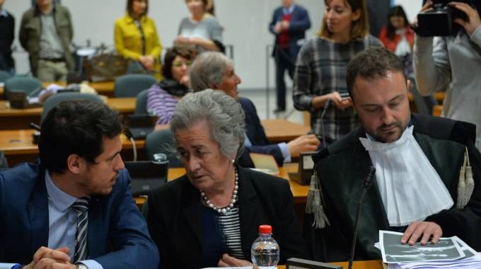 Paola Bettoni, mamma di Lidia Macchi, al centro