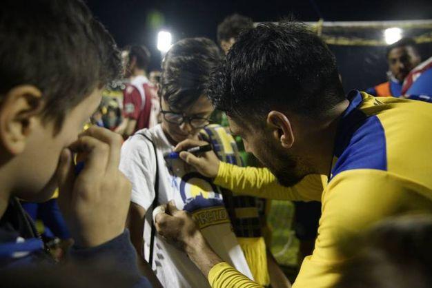 Si firmano gli autografi (foto Zeppilli)