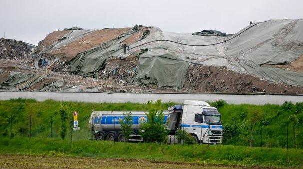 Camion alla discarica di Cavenago