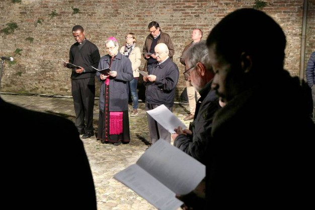 Il vescovo, monsignor Douglas Regattieri, ha presieduto la Via Crucis in centro storico (foto Ravaglia)