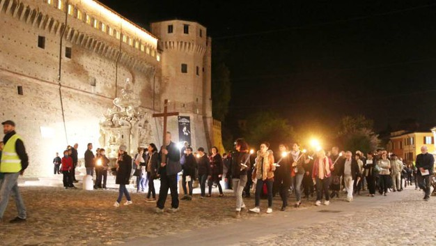 Oltre mille partecipanti per la tradizionale celebrazione del Venerdì Santo (foto Ravaglia)