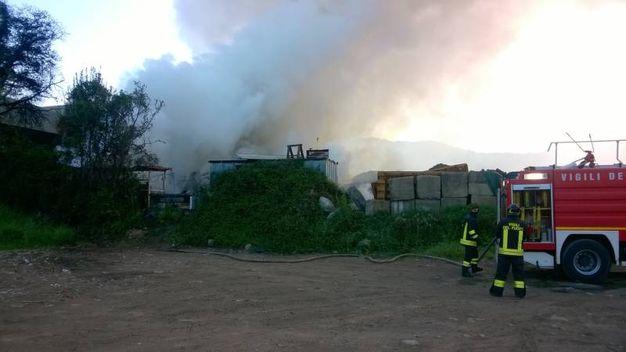 Follo (La Spezia), l'incendio nella notte alla Ferdeghini, azienda di trattamento dei rifiuti (Foto Marcello)