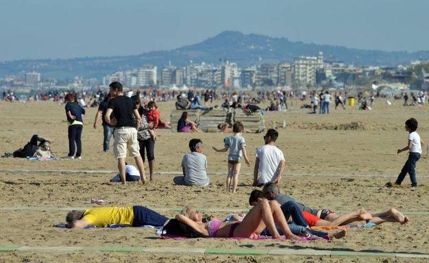 Pasqua 2017, tanta gente in spiaggia a Rimini (Foto Migliorini)