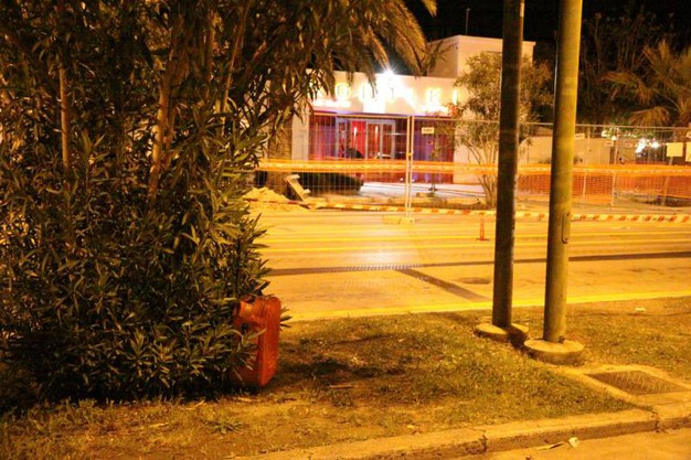 La valigia rossa abbandonata (foto Sgattoni)