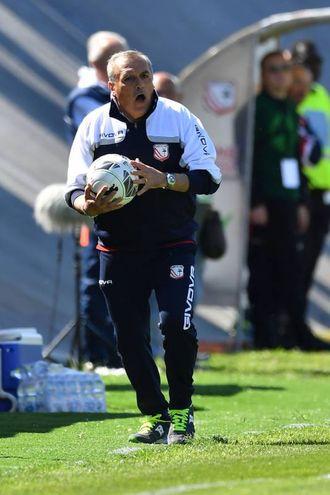 Mister Castori con la palla a bordo campo (foto LaPresse)