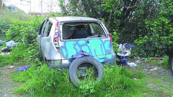 Una delle auto abbandonate