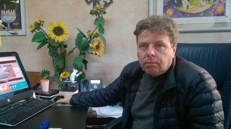 Agostino Ferdeghini, titolare della ditta di stoccaggio e trattamento rifiuti di Cerri, di fronte al computer nel proprio ufficio