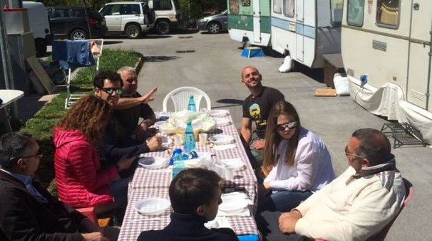 Un gruppo di sfollati a tavola