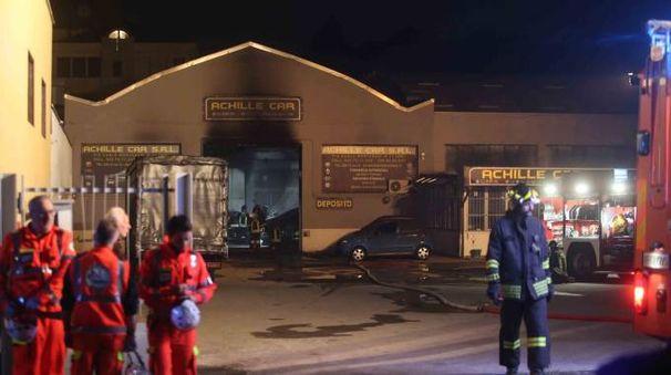 Vigili del fuoco davanti al concessionario (Radaelli)