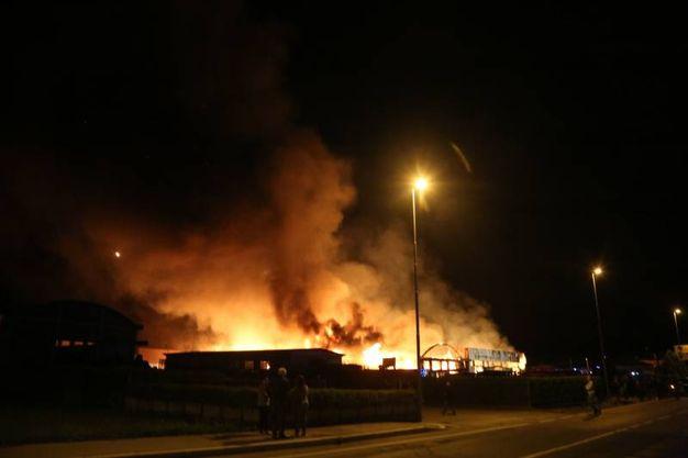 Le fiamme hanno raggiunto l'altezza di diversi metri (foto Ravaglia)