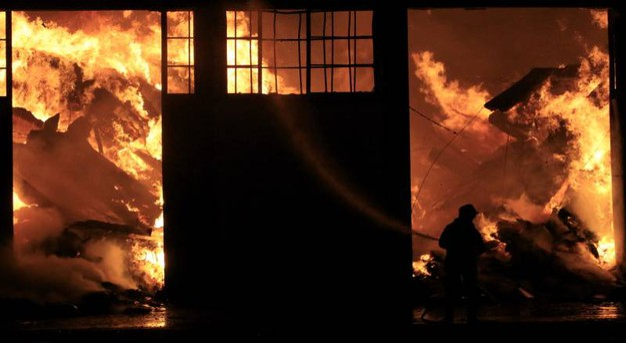 Le fiamme hanno distrutto il capannone della 'Longiano Imballaggi' (foto Ravaglia)