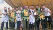 I vincitori del Palio dell'Uovo maschile: giovani del rioni Novo e Piazza pari merito (foto Cappelli)