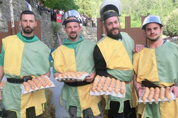 La battaglia delle uova, giovani del rione Piazza (foto Cappelli)
