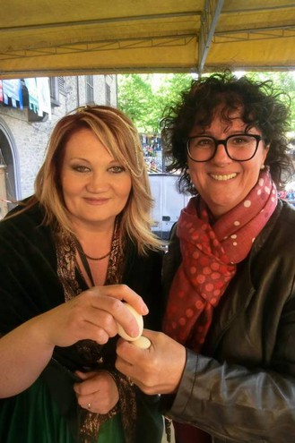 Il sindaco Simona Vietina batte l'uovo con l'assessore del Comune di Arcevia, Simonetta Rosorani (foto Cappelli)