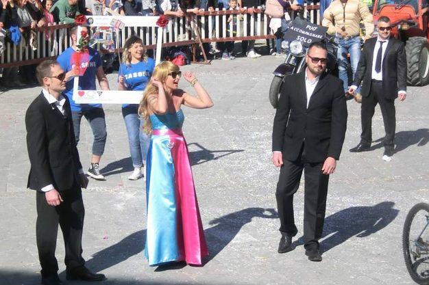 La sfilata del rione Casone con la finta Belen (foto Cappelli)