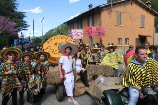 La sfilata del rione Borgo a tema Trump (foto Cappelli)