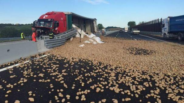 Cade carico di patate da un camion in A14: lunghe code
