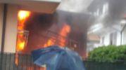 Le fiamme si sono propagate alla vicina abitazione (foto Zeppilli)