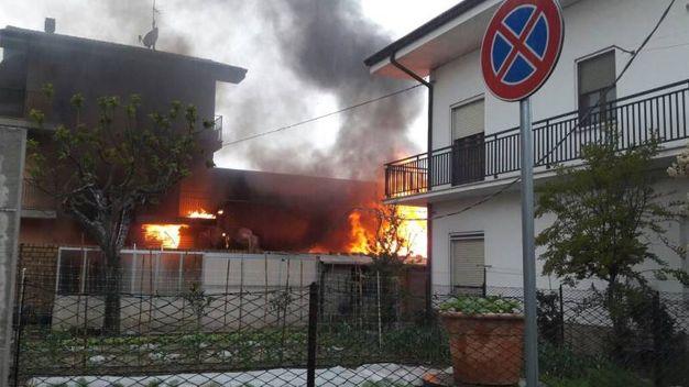 In pochi minuti hanno aggredito anche la vicina palazzina (foto Zeppilli)