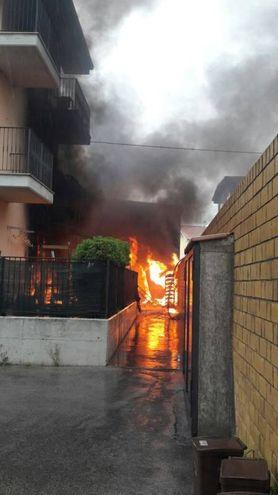 Sono intervenuti pompieri da Fermo, Civitanova e Macerata (foto Zeppilli