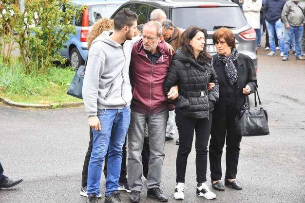 I familiari della ragazza morta nello schianto a Cadelbosco (foto Artioli)