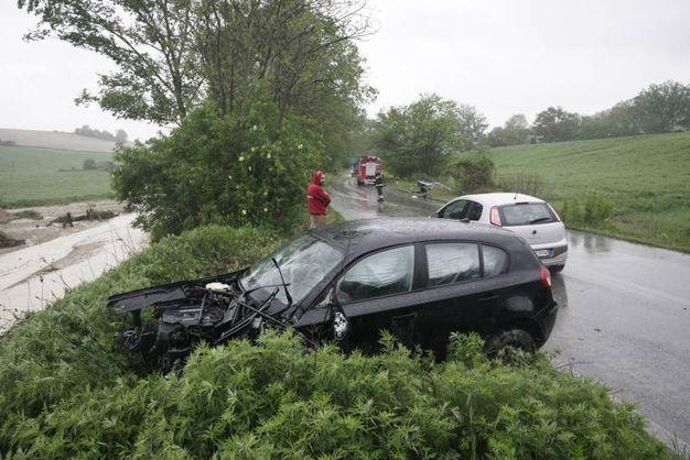 Dopo lo scontro entrambe le auto sono finite fuori strada (foto Zeppilli)