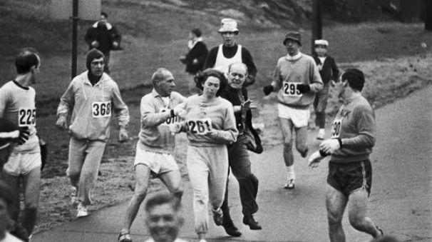 Il direttore di gara cerca di fermare Katherine Switzer nel 1967