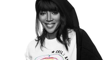Naomi Campbell con la maglietta per aiutare i bimbi delle zone di guerra