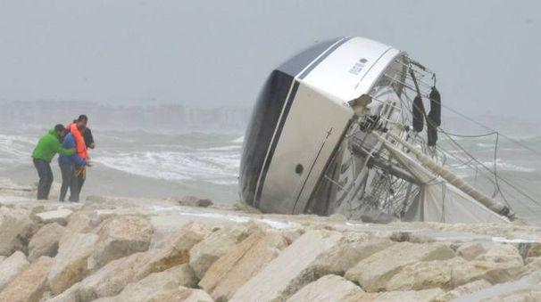 Rimini, barca a vela si capovolge sugli scogli: i soccorsi (Foto Migliorini)