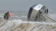 Rimini, la barca che si è capovolta sugli scogli per il maltempo (Foto Migliorini)