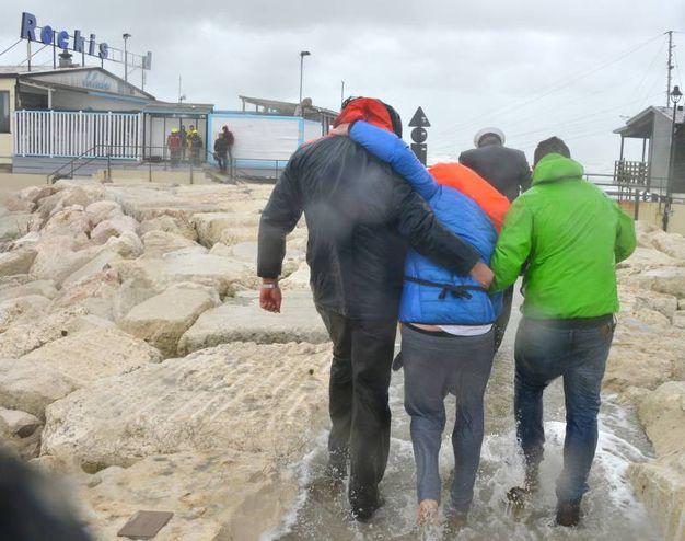 Rimini, una delle persone recuperate fra gli scogli (Foto Migliorini)