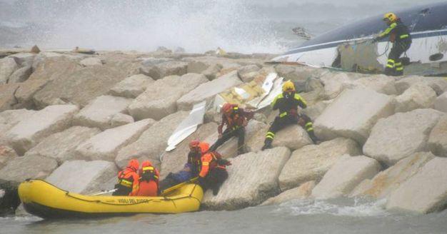 Rimini, i soccorsi alla barca che si è capovolta sugli scogli per il maltempo (Foto Migliorini)